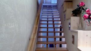 Лестница на заказ из массива лиственницы