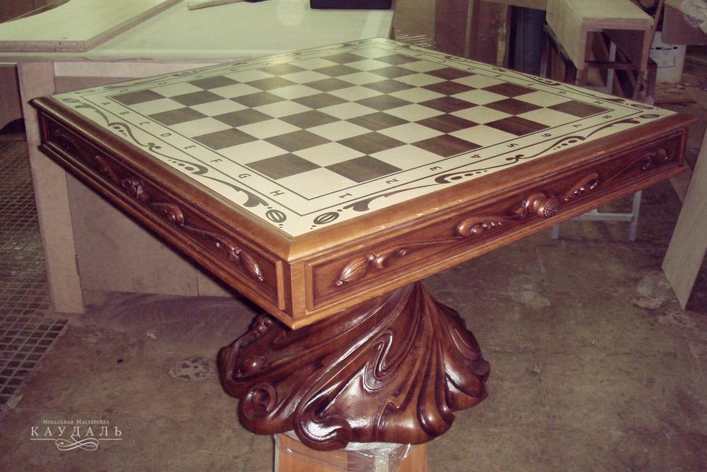 резной шахматный стол