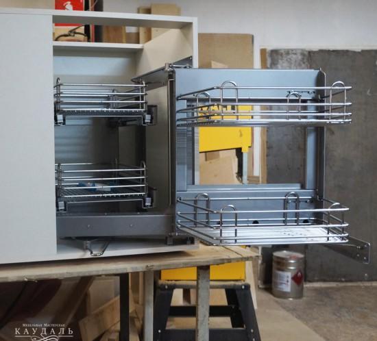 Выдвижной механизм у шкафчиков.