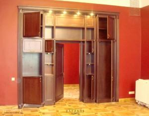 Встроенный шкаф с дверным проемом.