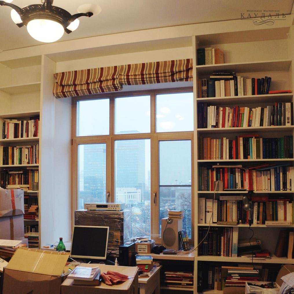 Большой книжный стеллаж вокруг окна
