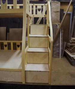 Лестница с выдвижными ящиками на заказ