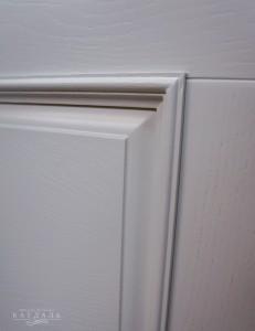 ПОкраска двери светлой эмалью в мастерской Каудаль