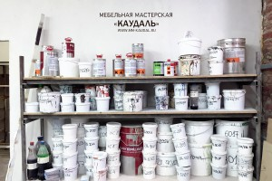 Разнообразие краски в мебельной мастерской