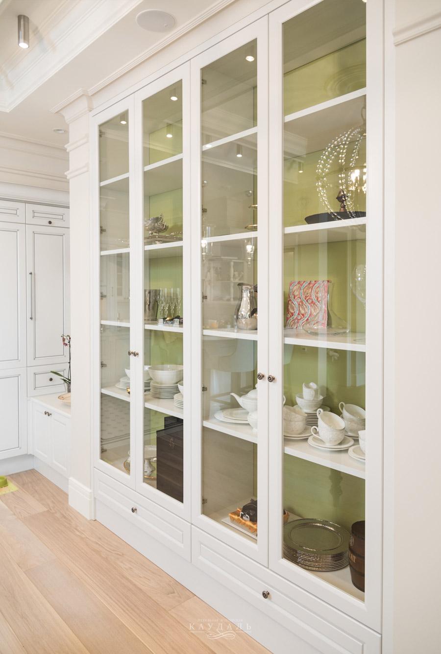 Шкаф со стеклянными распашными дверцами