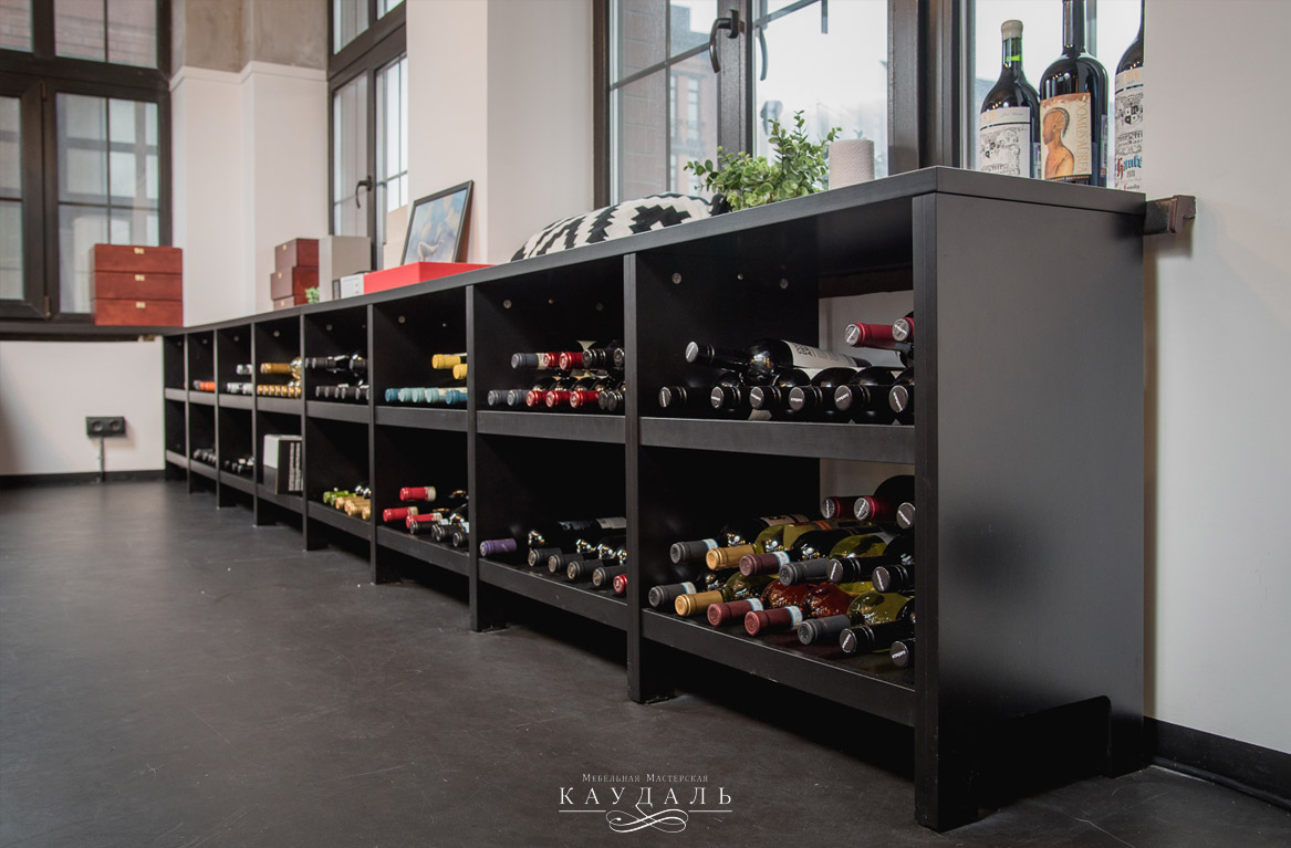 Низкий стеллаж для хранения вина