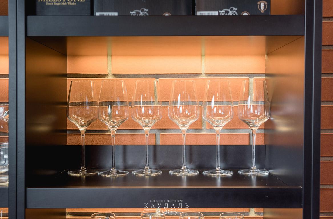 Стеллаж и бокалы вина