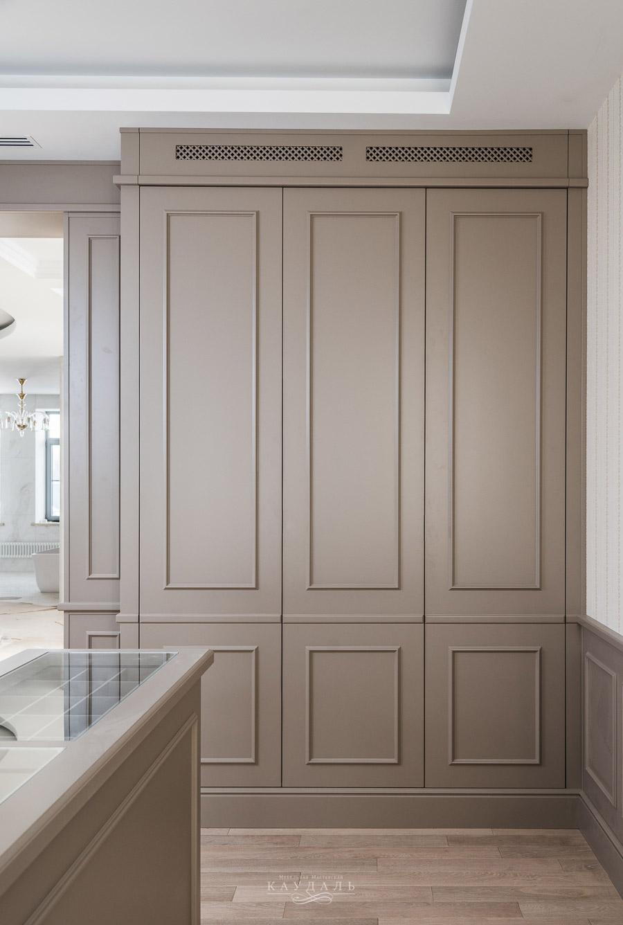 Стильный шкаф с распашными дверцами