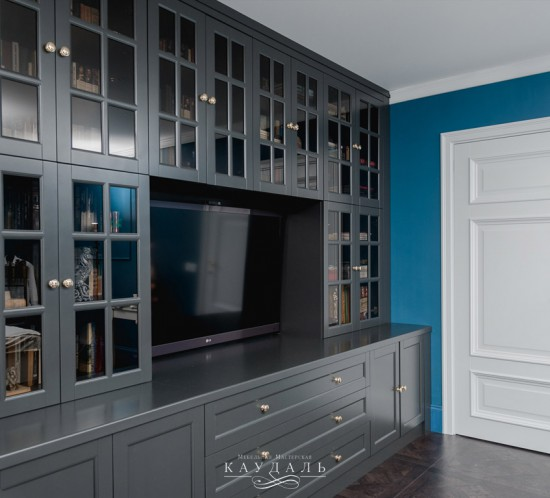 Шкаф на всю стену с распашными дверцами