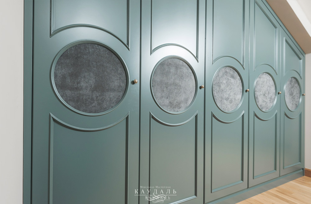 Необычные распашные фасады для шкафа