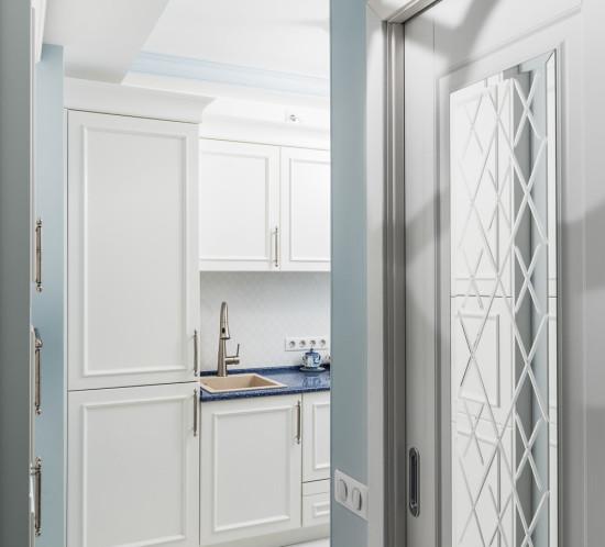 Классическая белая кухня на заказ в маленьком помещении