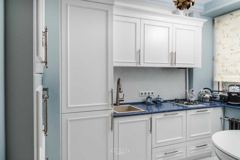 Классическая небольшая белая кухня на заказ в сталинском доме