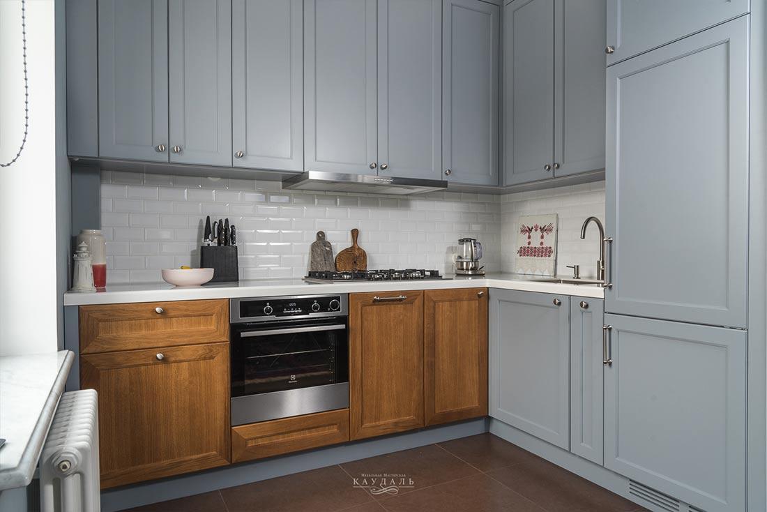 Реальные фотографии современной классической кухни с фасадами в 2 цвета.