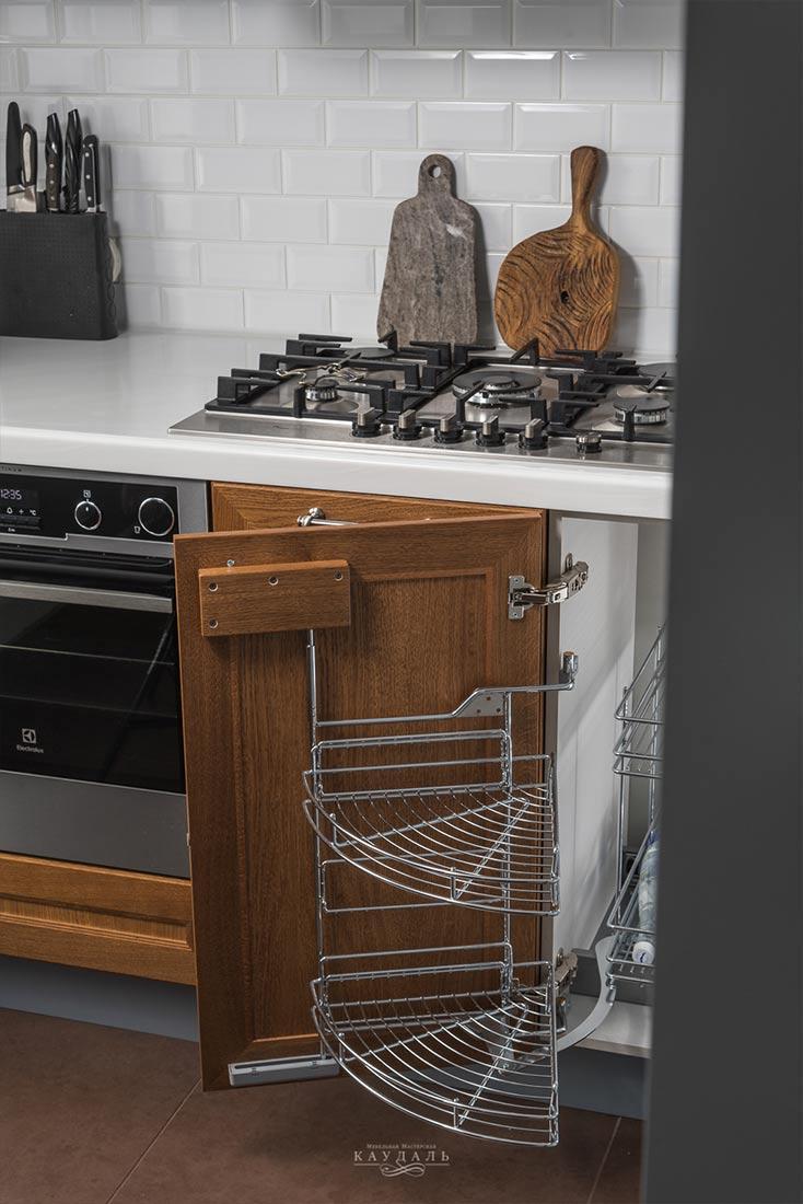 Удобная фурнитура для угловой кухни.