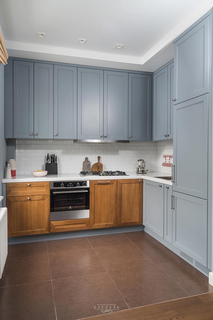 Хорошая г-образная кухня в 2 цвета: серая эмаль и дерево.