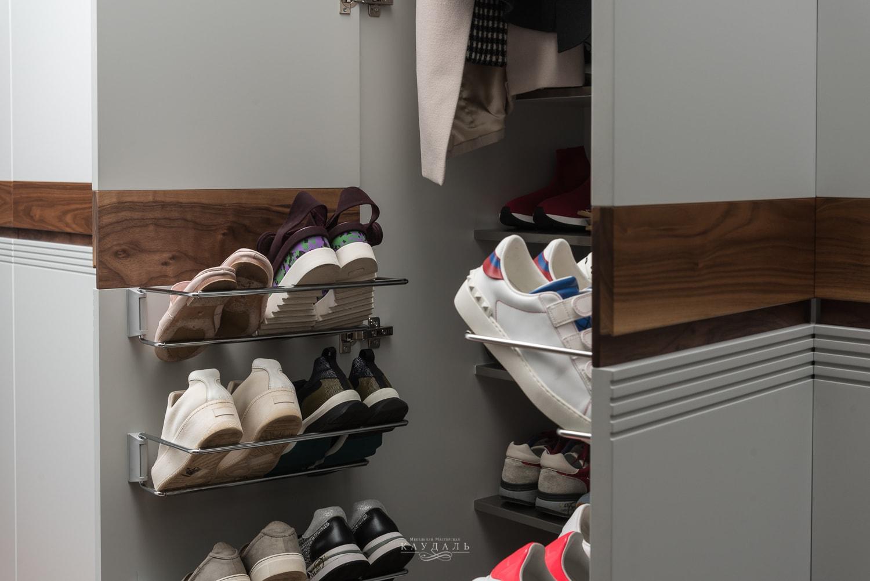 Как правильно обустроить шкаф в коридоре