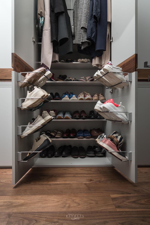Продуманная обувница для шкафа в коридоре.