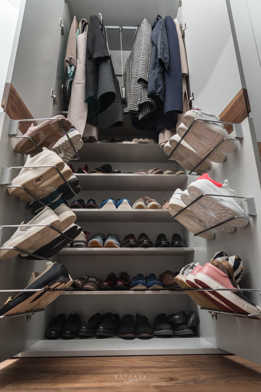 Пример аккуратного и полезного наполнения шкафа в прихожей