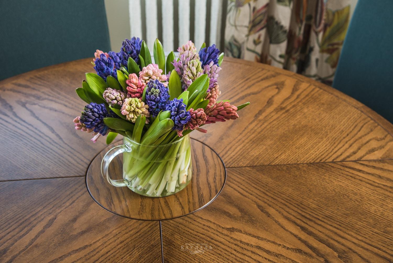 Цветы на круглом столе от Каудаль
