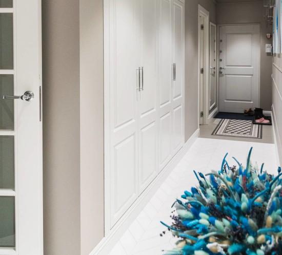 Красивый белый распашной шкаф в нише в прихожей на заказ