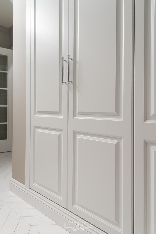 Стильный белый шкаф в коридор.