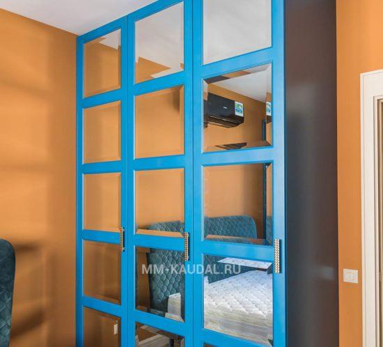 Шкаф в спальню на заказ в синем цвете